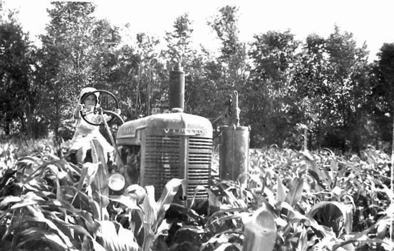 Hooley-new-tractor-Marylyn-1940s