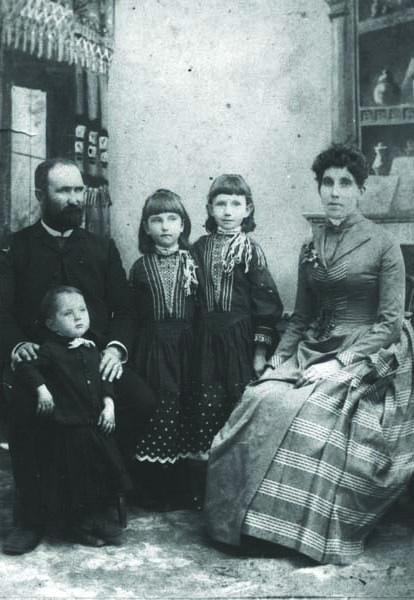 1-McFall-family-1888-Bellevue-Matt-Isabelle-John-Stella-Ella-